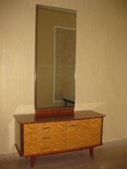 Комплект: две тумбочки и тумба с зеркалом.